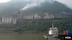 长江边喷云吐雾的工厂(美国之音张楠拍摄)