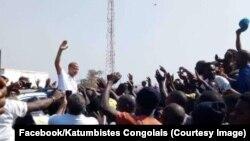Kiongozi wa upionzani wa DRC Moïse Katumbi katikati ya wafuasi wake alipowasili mji wa mpakani wa Kasumbalesa hapo Ogusti 3 2018. (Facebook/Katumbistes Congolais)