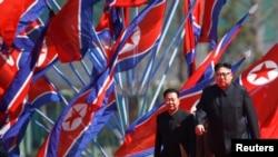 Lãnh tụ Bắc Triều Tiên Kim Jong Un, trên phố Ryomyong trong ngày khánh thành ở Bình Nhưỡng, 13/04/2017.