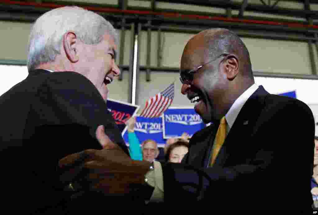 1月30号,共和党总统参选人金里奇在佛罗里达州坦帕市竞选期间问候前参选人凯恩。 (AP)