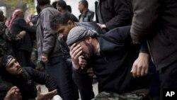 지난달 13일 시리아 아자즈에서 열린 반군 장례식에서 눈물을 흘리는 반군 병사.