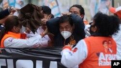 Le candidat Andres Arauz lors d'un rassemblement à Quito en Équateur le 26 janvier 2021. Arrivé en tête du premier tour de la présidentielle, il affrontera Guillermo Lasso ou Yaku Perez, ce dernier dénonçant une tentative de fraude pour l'exclure du 2eme tour. (AP/Dolores Ochoa)