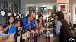 캘리포니아주 나파벨리에 있는 '야오 패밀리 와이너리'에서 중국인 관광객들이 와인 시음을 하고 있다.