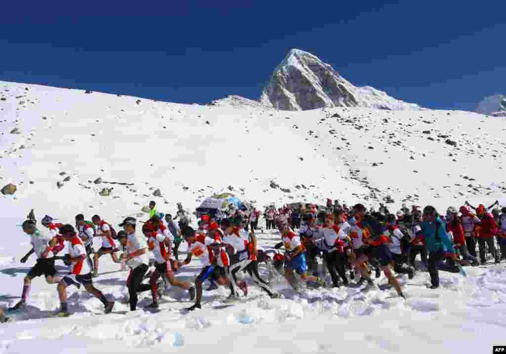 인도 네팔의 세계 최고봉 에베레스트 베이스캠프에서 마라톤 경기가 열렸다.