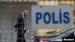 安全人员2018年10月20日在沙特驻土耳其伊斯坦布尔领事馆前执勤(路透社)