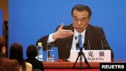 Thủ tướng Trung Quốc Lý Khắc Cường trong cuộc họp báo được tổ chức qua liên kết video, sau phiên bế mạc của Đại hội Đại biểu Nhân dân Toàn quốc tại Bắc Kinh, Trung Quốc ngày 11/3/2021. REUTERS / Martin Pollard