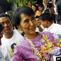 缅甸政治家昂山素季2011年庆祝她66岁生日, 这也是她自2010年重获自由后的第一个生日