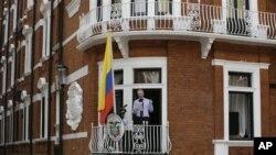 Джулиан Ассанж выступает из окна посольства Эквадора