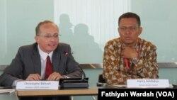 Direktur UNDP Indonesia, Christophe Bahuet (kiri), Senior Technical Specialist for Human Development and Poverty Reduction UNDP Indonesia, Harry Seldadyo Gunardi (kanan). (VOA/Fathiyah Wardah)