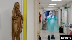 Медик у шпиталі Сан Філіппо у Римі, 30 березня 2020 (REUTERS/Guglielmo Mangiapane)