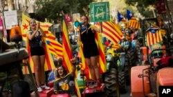 29일 스페인 바르셀로나에서 시민들이 카탈루냐 독립기 '에스탈라다'를 흔들며 분리독립 투표를 요구하는 시위를 벌이고 있다.