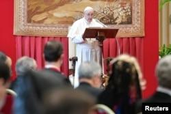 Paus Fransiskus berpidato di depan anggota Korps Diplomatik yang diakreditasi untuk Tahta Suci di Vatikan 8 Februari 2021. (Foto: Vatican Media via Reuters)