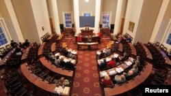 19일 전국에서 실시되는 선거인단 투표를 앞두고 노스캐롤라이나주 대통령 선거인단이 전날 랄리의 주 의사당에서 예행연습을 진행하고 있다.