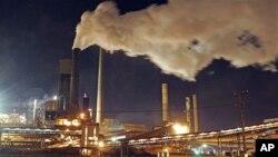 Khói cuộn lên từ các ống khói của xưởng luyện thép ở Port Kembla, nằm về hướng nam thành phố Sydney