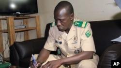 马里军事政变的领导人萨诺戈4月6日在卡蒂的军队总部签署一份文件