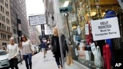 Табличка с надписью «Требуются сотрудники» на входе в магазин в Нью-Йорке, 1 октября 2015 года