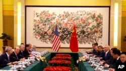 Le secrétaire américain au Commerce, Wilbur Ross, deuxième à gauche, et le vice-Premier ministre chinois Liu He, quatrième à droite, lors d'une réunion à l'hôtel Diaoyutai à Beijing, le 3 juin 2018.