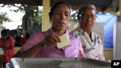 An East Timorese woman casts her ballot during the parliamentary election at a polling station in the capital of Dili, East Timor, July 7, 2012. (AP)