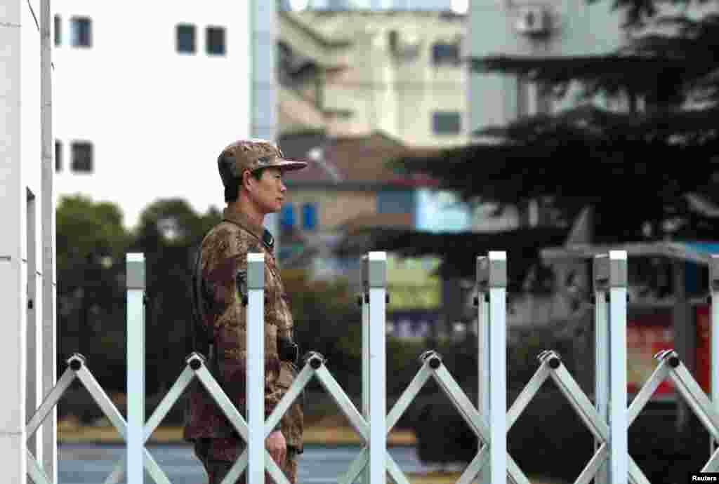 一名中國人民解放軍士兵在上海的61398部隊駐地門口站崗。曼迪昂特公司報告說,中國黑客的重點是從外國公司竊取技術圖紙、製造流程等信息。