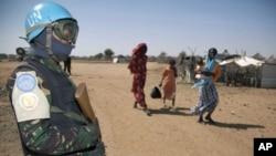 Un soldat de l'UNAMID (force conjointe ONU-UA au Darfour) assurant la sécurité (10 janvier 2011)