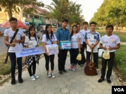 Cambodian IT students raise money and give out handouts along Battambang's Sangker river on Valentine's Day, February 14, 2017. (Sophat Soeung/VOA Khmer)
