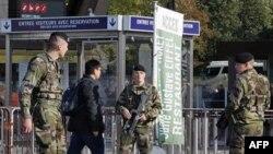 Binh sĩ Pháp tuần tra tại lối vào tháp Eiffel ở Paris