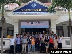 """Hình chụp cơ sở mới của DRAGON Mekong Institute, với các thành viên tham dự Khoá Tập huấn Báo chí về """"Biến đổi Khí hậu và Năng lượng Bền vững"""" tổ chức từ ngày 22 tới 24 tháng 8, 2019, trong Dự án Mạng lưới Báo chí Địa cầu / Earth Journalism Network. [nguồn: CRUS.Vietnam, Aug 2019]"""
