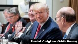 Prezidan Trump pandan li tap rankontre ak Prezidan Polòy la.