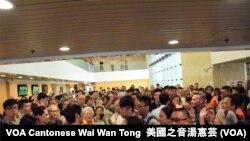 過百支持者在高等法院地下大堂聚集,聲援被判監禁的黃之鋒、羅冠聰、周永康。攝影:美國之音湯惠芸