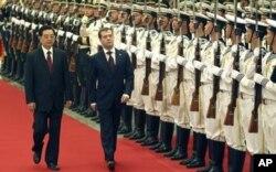 2010年9月27日俄罗斯总统梅德韦杰夫访华时与中国主席胡锦涛检阅中国仪仗队