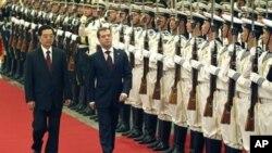 梅德韦杰夫9月27日访华时与胡锦涛检阅中国的仪仗队