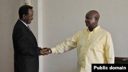 Saacid iyo Museveni oo is gacan qaadaya ka hor kulankooda Kampala.