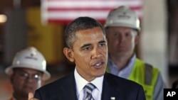 ប្រធានាធិបតីសហរដ្ឋអាមេរិក បារ៉ាក់ អូបាម៉ា (Barack Obama) ថ្លែងអំពីបញ្ហាការងារនិងសេដ្ឋកិច្ចនៅក្នុងអំឡុងពេលលោកទៅទស្សនាអគារមួយកន្លែងដែលប្រើថាមពលដោយមានប្រសិទ្ធភាព (សន្សំសំចៃ) នៅជិតសេតវិមានក្នុងរដ្ឋធានីវ៉ាស៊ីនតោន កាលពីថ្ងៃទ