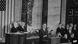 Tổng thống Lydon Johnson đọc bài diễn văn về Tình trạng Liên bang ngày 8/1/1964.
