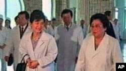 13일 평양산원을 방문해 관계자들의 안내를 받으며 시설 내부를 둘러보고 있는 한국미래연합 창당준비위원장 박근혜 의원(조선중앙 TV촬영)