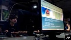 北京一家网吧内电脑显示屏上有关上网的警方通知 - 资料照片