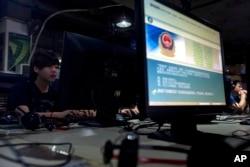 중국 베이징의 한 인터넷 카페에 설치된 모니터 화면에 공안의 '올바른 온라인 사용법' 알림 문구가 떠있다.