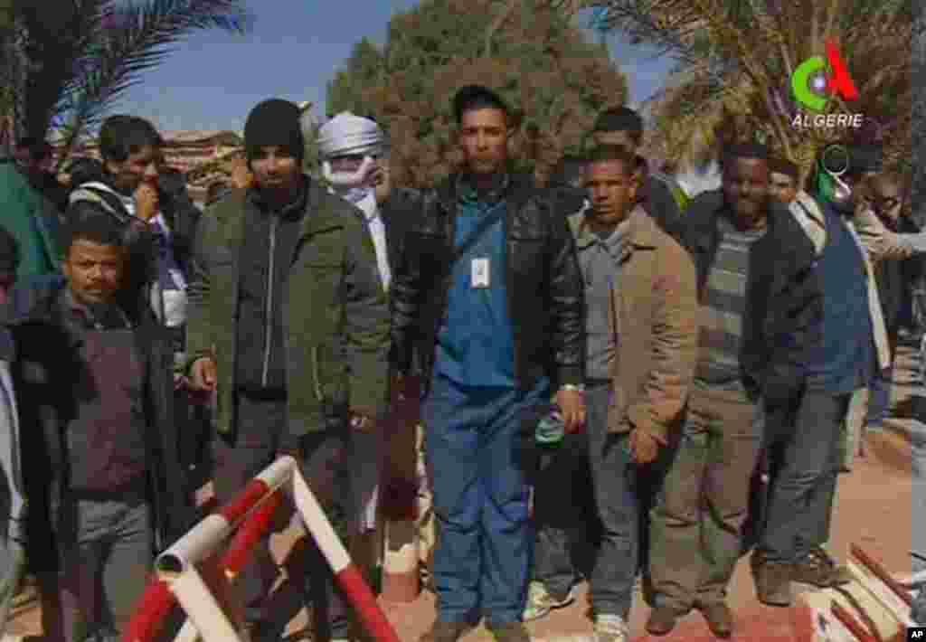 Beberapa sandera yang berhasil dibebaskan dengan selamat, berpose untuk media di Ain Amenas, Aljazair (18/1).