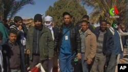 Hình ảnh được ghi lại từ cơ quan thông tấn Algeria cho thấy đây là các con tin đã được giải cứu nhưng chưa rõ danh tính. (AP Photo/Canal Algerie via Associated Press TV)
