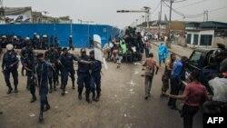 Ba policiers batelemi na esika ya meeting ya Jean-Pierre Bemba, mokambi ya MLC, na Ste Thérèse, Kinshasa, 24 juin 2019.