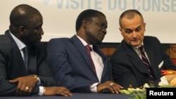 Menteri Pantai Gading untuk Uni Afrika, Adama Bictogo, presiden ECOWAS Desire Ouedraogo Kadre dan perwakilan tetap Perancis untuk PBB Gerard Araud dalam rapat bersama anggota DK PBB di Abidjan (Foto: dok).