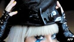 """Buổi diễn hành chấm dứt với màn trình diễn của Lady Gaga, trong nhạc phẩm ăn khách """"Born This Way"""" có nội dung ủng hộ người đồng tính"""