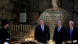 Isroil Bosh vaziri Benyamin Netanyaxu (markazda) AQSh Davlat kotibi Mayk Pompeo (chapda) va AQShning Isroildagi elchisi Deyvid Fridmen bilan Quddusning eski shahrida joylashgan G'arbiy devor tunellarida, 21-mart, 2019-yil