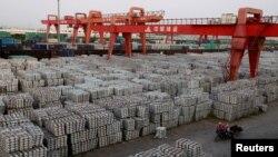 中国江苏无锡的一家铝锭仓储地 (资料照片)