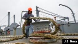 美国商务船员2016年9月26日为海军提供补给(美国海军照片)