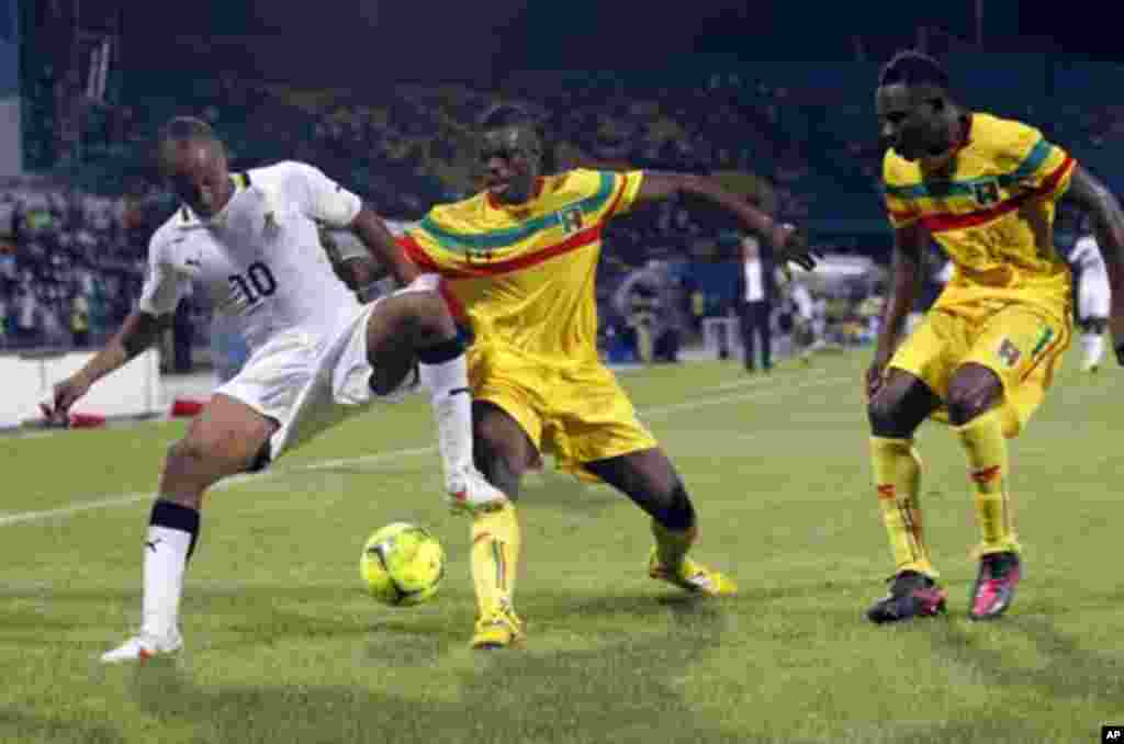 Ghana's Ayew Andre Morgan Rami (L) challenges Diakite Drissa (C) and Kante Cedric of Mali during their African Nations Cup Group D soccer match in FranceVille Stadium January 28, 2012.