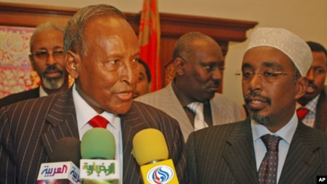 Somali President Abdullahi Yusuf (L) and Parliament Speaker Sharif Hassan Sheikh Aden (R) speak to the media after signing a Yemeni-sponsored declaration in the southern Yemeni port city of Aden, January 5, 2006 (file photo)