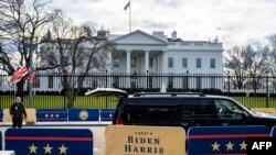Persiapan di Lafayette Park, di luar Gedung Putih di Washington, DC, 18 Januari 2021, dua hari menjelang pelantikan presiden ke-59 AS, Joe Biden.