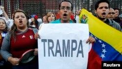 Venezolanos protestan durante una visita del presidente Maduro a Perú. El Consejo Nacional Electoral señaló que el proceso de verificación de votos durará 20 días más.