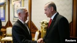El presidente turco, Tayyip Erdogan, recibió al secretario de Defensa de EE.UU., Jim Mattis, en el palacio presidencial en Ankara, el miércoles, 23 de agosto de 2017.
